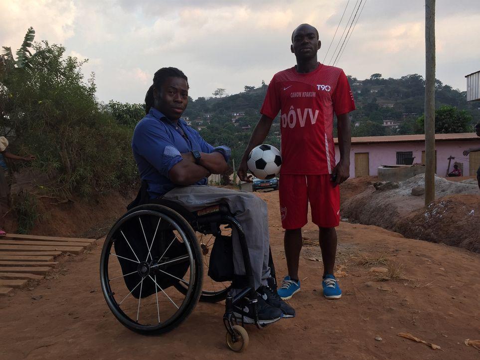 Die Reporter reisen nach Frankreich und Kamerun, um junge Männer zu interviewen, deren großer Traum, eines Tages Profifußballer zu werden, von skrup... - Bildquelle: Quicksilver Media 2015