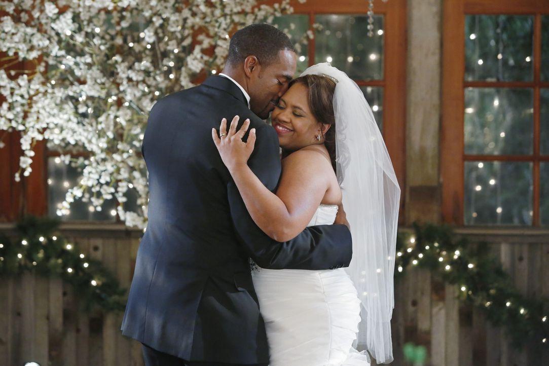 Sind glücklich miteinander: Bailey (Chandra Wilson, r.) und Ben (Jason George, l.) ... - Bildquelle: ABC Studios