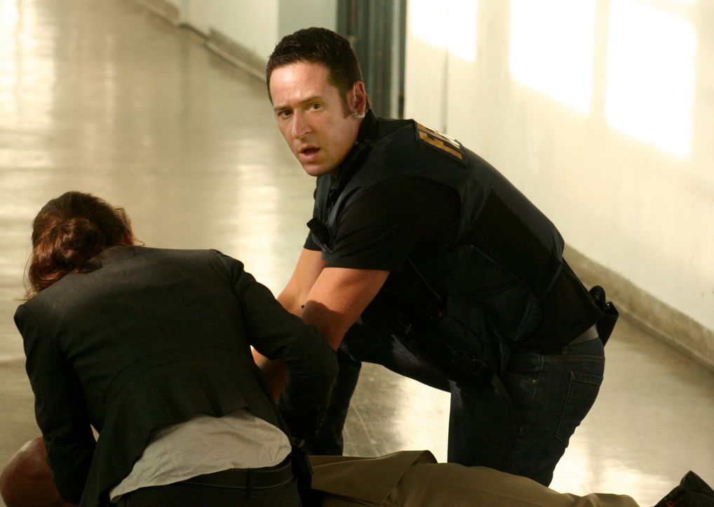Don (Rob Morrow, r.) ist besorgt um den Verwundeten ... - Bildquelle: Paramount Network Television