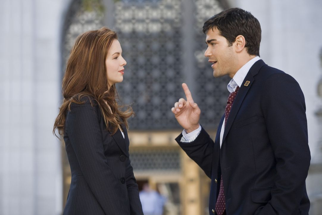 Gemeinsam mit Hunters Assistentin Ella (Amber Tamblyn, l.) will der junge TV- Reporter C.J. (Jesse Metcalfe, r.) den angehenden Gouverneur zu Fall b... - Bildquelle: Rico Torres Signature Pictures / Foresight-Unlimited BARD 2008. All rights reserved.