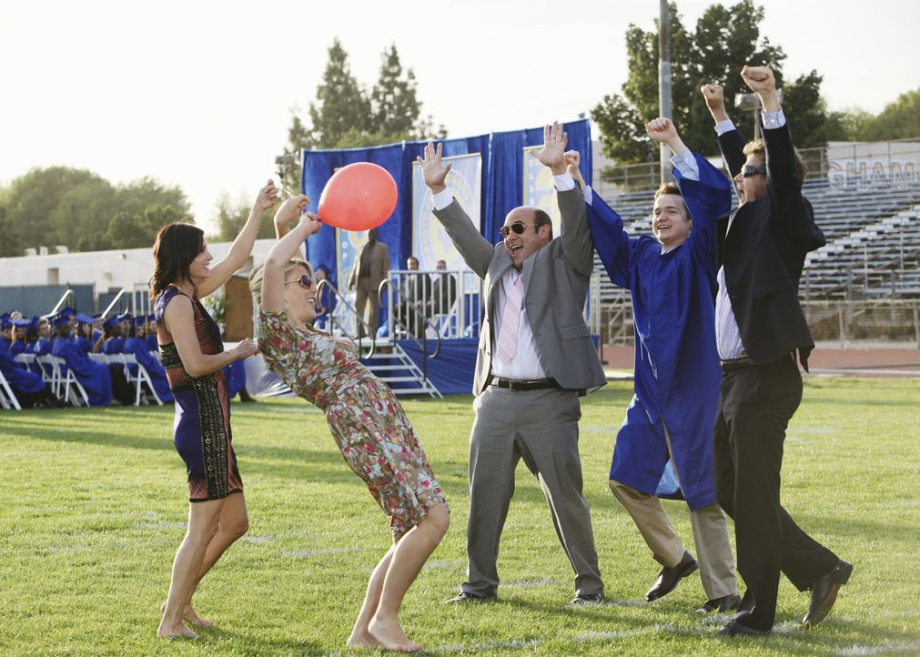 Eine außergewöhnliche Abschlussfeier: Andy (Ian Gomez, M.), Bobby (Brian Van Holt, r.), Travis (Dan Byrd, 2.v.r.), Jules (Courteney Cox, l.) und L... - Bildquelle: 2009 ABC INC.