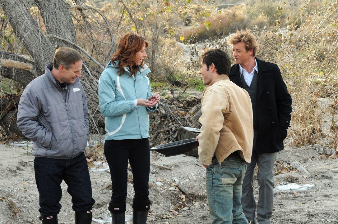 Goldrausch: Jack (Mark Atteberry, l.), Sonya (Wendy Braun, 2.v.l.), Wes (Jordan Belfi, 2.v.r.) und Patrick (Simon Baker, r.) ... - Bildquelle: Warner Bros. Television