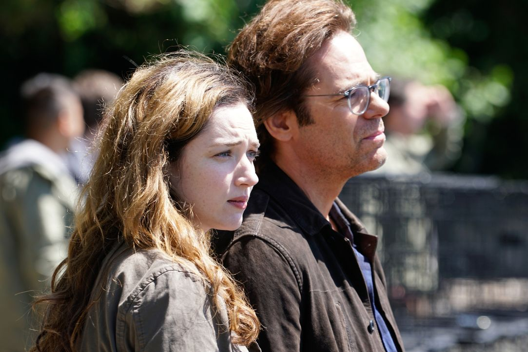Gesunde Vögel sollen dabei helfen, die Monster endlich wieder in Tiere zu verwandeln. Geht Jamies (Kristen Connolly, l.) und Mitchs (Billy Burke, r.... - Bildquelle: Shane Harvey 2016 CBS Broadcasting Inc. All Rights Reserved.