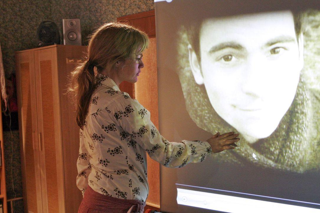 Lisa (Alexandra Neldel, l.) kämpft mit den Tränen, als sie die Videoaufnahmen von David sieht. (Dieses Foto von Alexandra Neldel darf nur in Zusamme... - Bildquelle: Noreen Flynn Sat.1