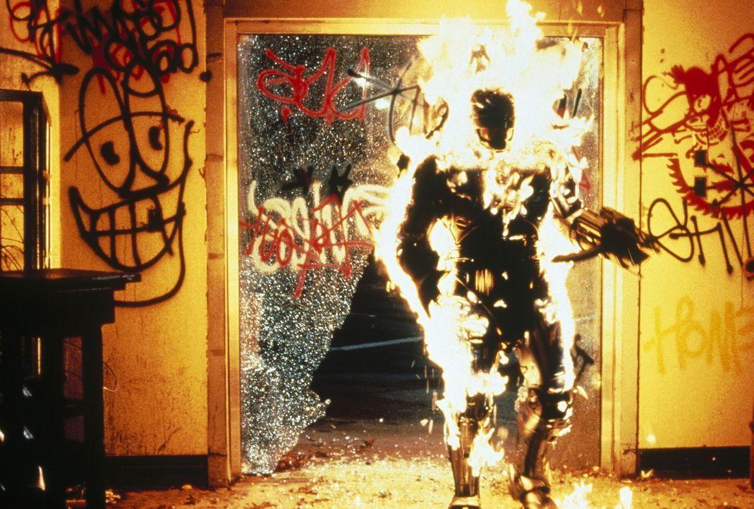 RoboCop (Robert John Burke) stellt sich auf die Seite der Armen ... - Bildquelle: Columbia TriStar Film