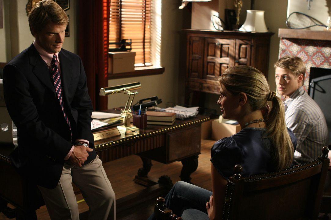Dean Hess (Eric Mabius, l.) soll entscheiden, ob Marissa (Mischa Barton, M.) und Ryan (Benjamin McKenzie, r.) von der Schule verwiesen werden ... - Bildquelle: Warner Bros. Television