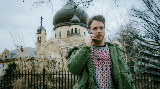 Steckt immer tiefer im Schlamassel und reist deshalb nach Russland, um dort d...