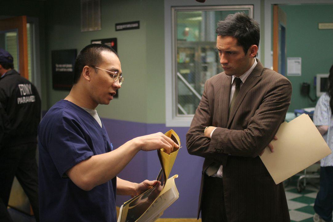 Kann Dr. Ehling (Jamison Yang, l.) Ergebnisse liefern, die zur Klärung des aktuellen Falles beitragen? Danny Taylor (Enrique Murciano, r.) hofft die... - Bildquelle: Warner Bros. Entertainment Inc.