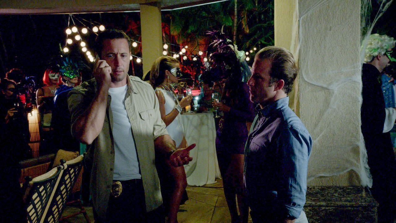 Steve (Alex O'Loughlin, l.) und Danny (Scott Caan, r.) müssen auf einer Halloween-Party einen neuen Fall lösen ... - Bildquelle: 2013 CBS BROADCASTING INC. All Rights Reserved.