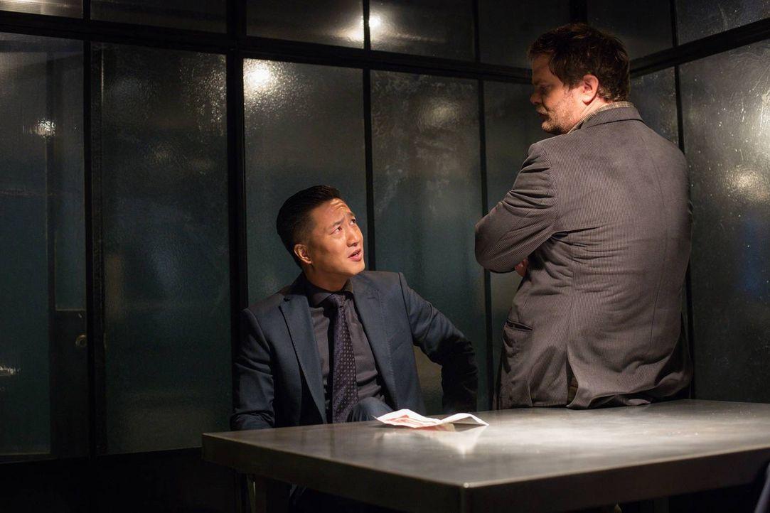 Ist Dominic Chan (Terry Chen, l.) an dem Mord eines chinesischen Wahrsagers beteiligt? Backstrom (Rainn Wilson, r.) versucht, es herauszufinden ... - Bildquelle: 2015 Fox and its related entities. All rights reserved.