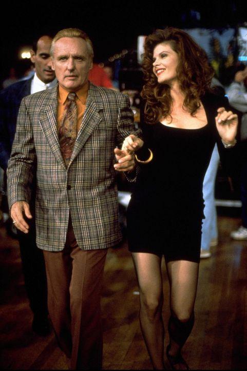 Der Falschgeldeintreiber Red (Dennis Hopper, l.) möchte sich mit dem Callgirl Vikki (Lolita Davidovich, r.) einen schönen Abend machen ... - Bildquelle: Warner Bros.