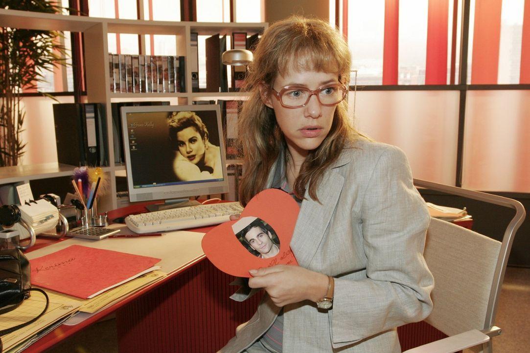 Wie gemein! Lisa (Alexandra Neldel) kann sich nicht erklären, wie diese Herzkarte mit ihrer Schrift auf ihren Schreibtisch kommt. (Dieses Foto von... - Bildquelle: Sat.1