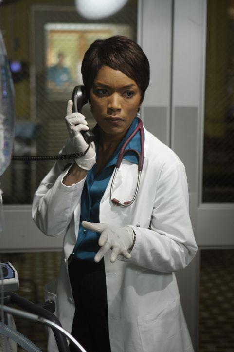 Es gelingt Abby, gegen die Anordnungen der neuen Chefärztin Banfield (Angela Bassett), einem Mann das Leben zu retten ... - Bildquelle: Warner Bros. Television