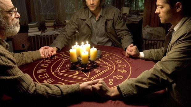 Sam (Jared Padalecki, M.) und Castiel (Misha Collins, r.) erhoffen sich von O...