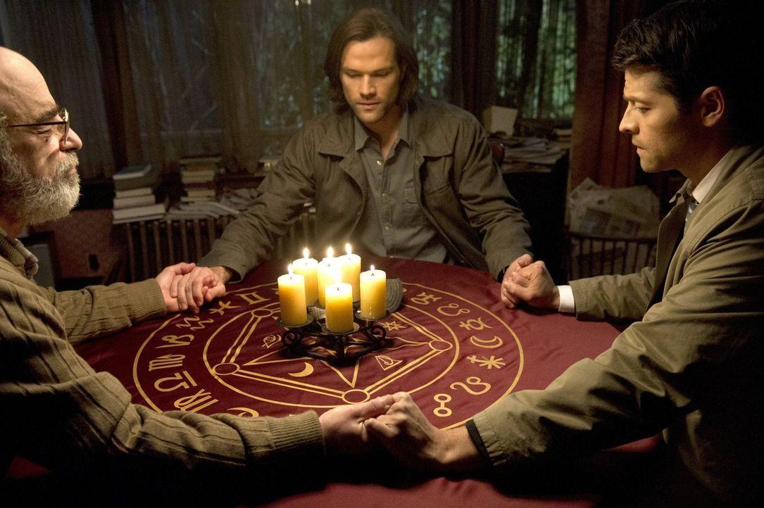 Sam (Jared Padalecki, M.) und Castiel (Misha Collins, r.) erhoffen sich von Oliver Pryce (Richard Newman, l.) Hinweise, um Dean endlich von dem Kain... - Bildquelle: 2016 Warner Brothers