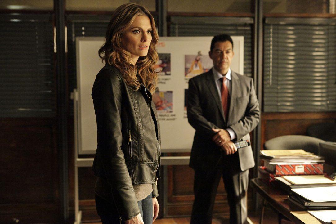 Beckett (Stana Katic, l.) wird von Captain Fowler (Carlos Gomez, r.) in eine Undercover-Mission berufen ... - Bildquelle: 2013 American Broadcasting Companies, Inc. All rights reserved.
