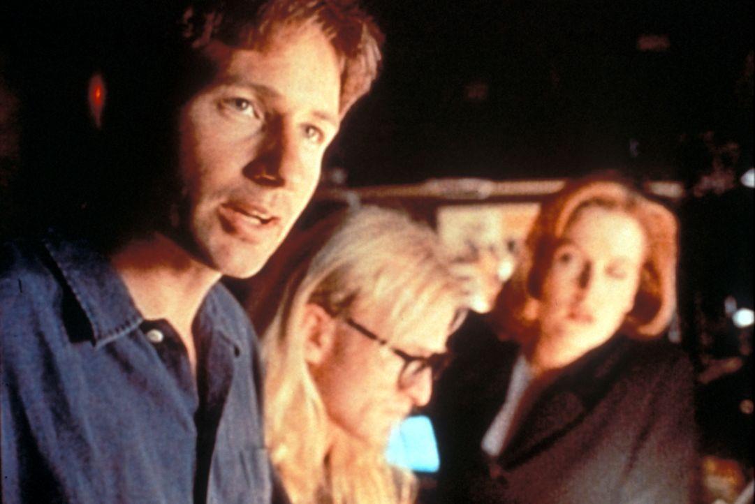 Mulder (David Duchovny, l.), Langley (Dean Haglund, M.) und Scully (Gillian Anderson, r.) versuchen gemeinsam herauszufinden, an welchem geheimnisvo... - Bildquelle: TM +   Twentieth Century Fox Film Corporation. All Rights Reserved.