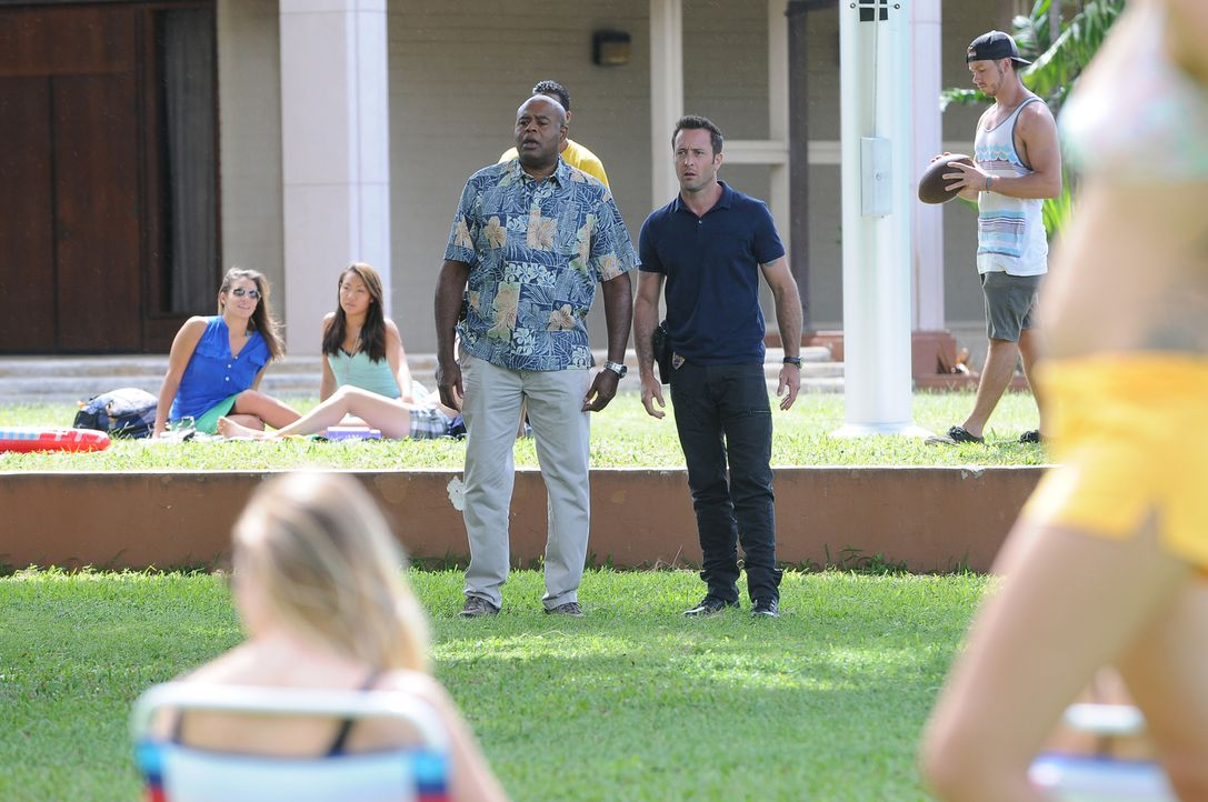 Müssen am College ermitteln, um den Mord an einem Professor aufzudecken: Grover (Chi McBride, l.) und Steve (Alex O'Loughlin, r.) ... - Bildquelle: Norman Shapiro 2015 CBS Broadcasting, Inc. All Rights Reserved