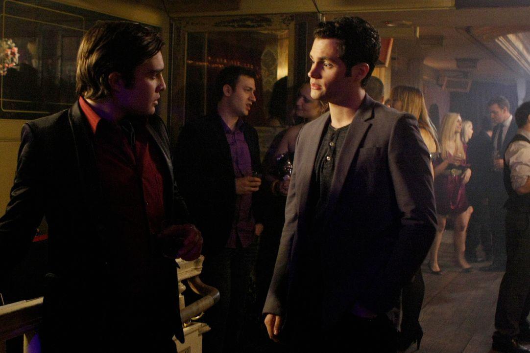 Chuck hat den Nachclub Victrola zurückgekauft und schmeißt dort eine große Party: Chuck (Ed Westwick, l.) und Dan (Penn Badgley, r.) ... - Bildquelle: Warner Brothers