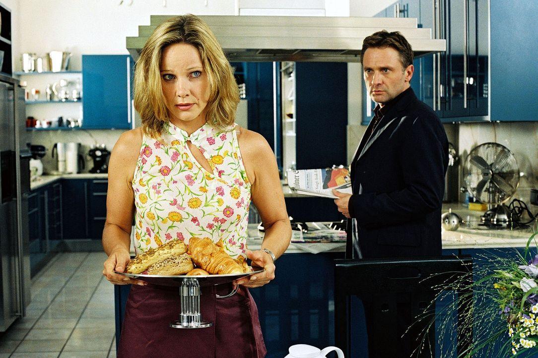Karl (Bernhard Schir, r.) ist überrascht, dass seine Frau den Frühstückstisch deckt. Katharina (Ann-Kathrin Kramer, l.) ahnt nicht, dass ihre Zwi... - Bildquelle: Sat.1