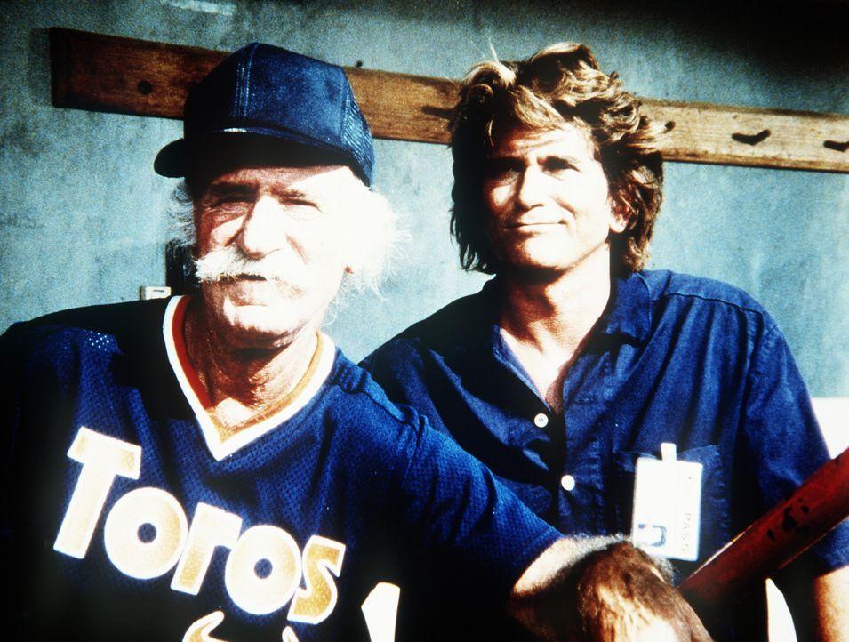 Doc (Keenan Wynn, l.), der Mannschaftstrainer, und Jonathan (Michael Landon, r.) sind von Teds Spiel begeistert ... - Bildquelle: Worldvision Enterprises, Inc.