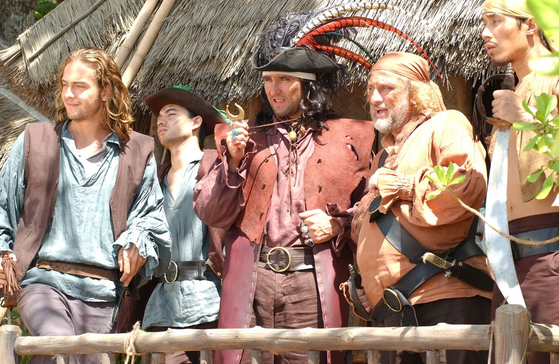 Träumen davon, einen unermesslichen Schatz zu bergen: Piratenkapitän Bob Harvey (Vinnie Jones, M.) und seine Crew (Tom Mison, l., Geoffrey Giulian... - Bildquelle: 2006 RHI Entertainment Distribution, LLC