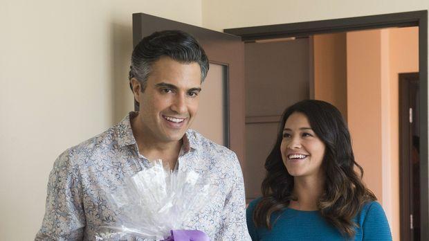 Dina gibt Jane (Gina Rodriguez, r.) den Auftrag, eine Folge der Telenovela zu...