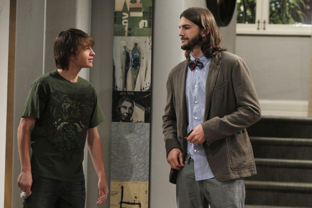 Verstehen sich gut: Jake (Angus T. Jones, l.) und Walden (Ashton Kutcher, r.) ... - Bildquelle: Warner Brothers Entertainment Inc.