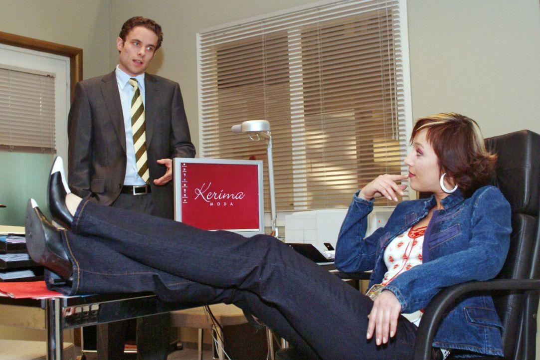 Da staunt Max (Alexander Sternberg, l.) nicht schlecht: Yvonne (Bärbel Schleker, r.) hat es sich in seinem Büro gemütlich gemacht ... - Bildquelle: Monika Schürle Sat.1