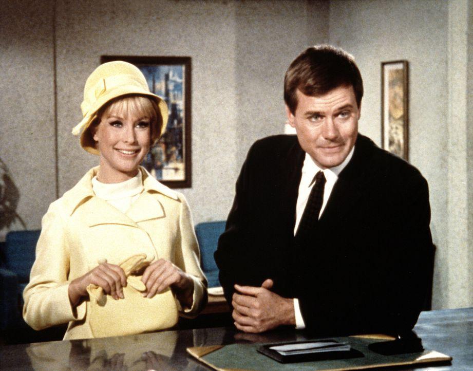 Ein Zauber hat Tony (Larry Hagman, r.) endlich heiratswillig gemacht, doch Jeannie (Barbara Eden, l.) hat mit ihren Zauberkünsten gegen ein ehernes Gesetz verstoßen ...