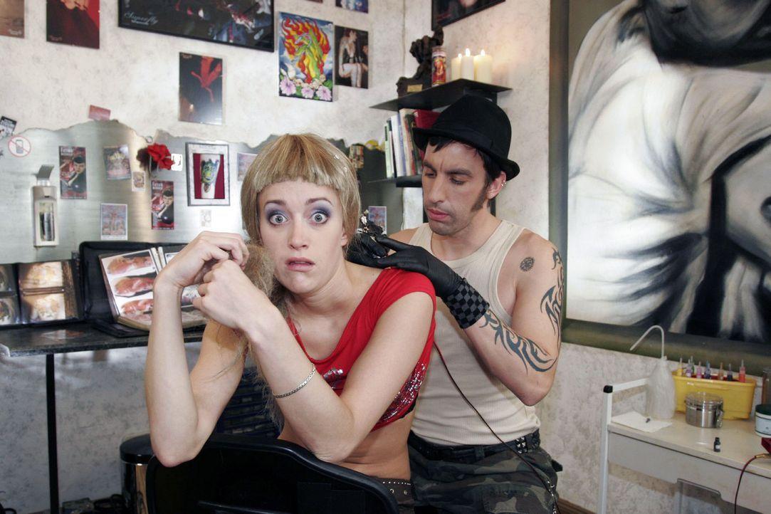 Sie (Judith Richter, l.) ist verwundert, als er (Alexander Schubert, r.) sagt, dass er für das Tattoo schon mit den Zahlen fertig ist. Schließlich... - Bildquelle: Noreen Flynn Sat.1