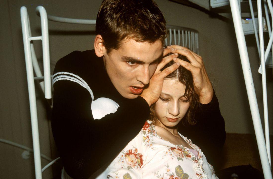 Kaum hat sich Steffi (Isabelle Hoffmann, r.) von ihrem ersten Selbstmordversuch erholt, stiehlt sie sich aus der Klinik und sucht Ex-Freund Daniel (... - Bildquelle: Christina Kurby Sat.1