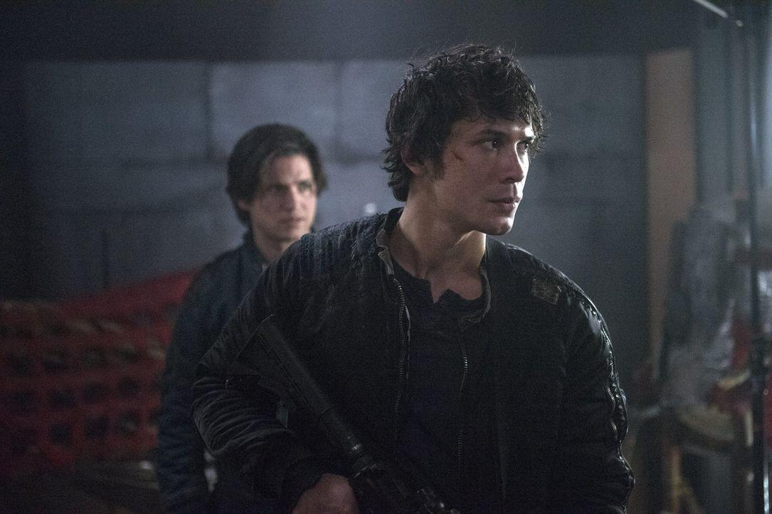 Müssen immer wieder wichtige Entscheidungen treffen: Finn (Thomas McDonell, l.) und Bellamy (Bob Morley, r.) ... - Bildquelle: Warner Brothers