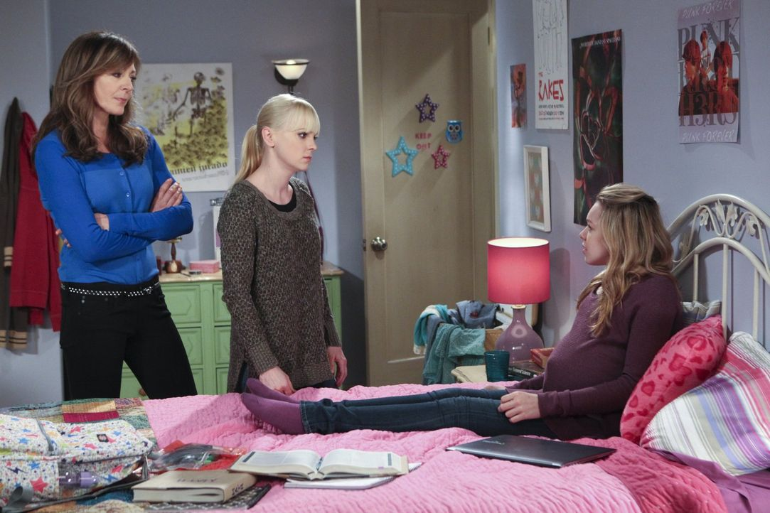 Violet (Sadie Calvano, r.) hat eine Entscheidung getroffen, die Bonnie (Allison Janney, l.) und Christy (Anna Faris, M.) zutiefst schockiert. Ob es... - Bildquelle: Warner Brothers Entertainment Inc.