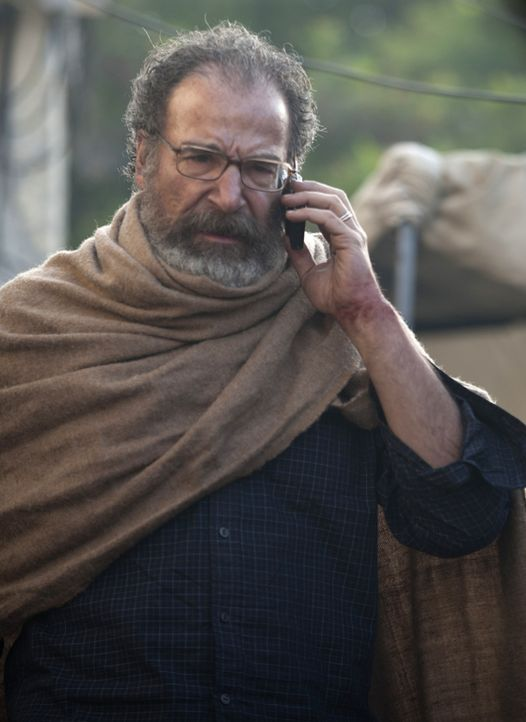 Steht ihm der Tod bevor, oder können ihn seine Leute noch retten? Saul (Mandy Patinkin) ... - Bildquelle: Homeland   2014 Twentieth Century Fox Film Corporation