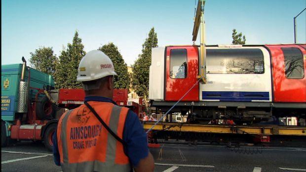 Mit Hilfe von Spezialfahrzeugen wird eine komplette U-Bahn, bestehend aus ein...