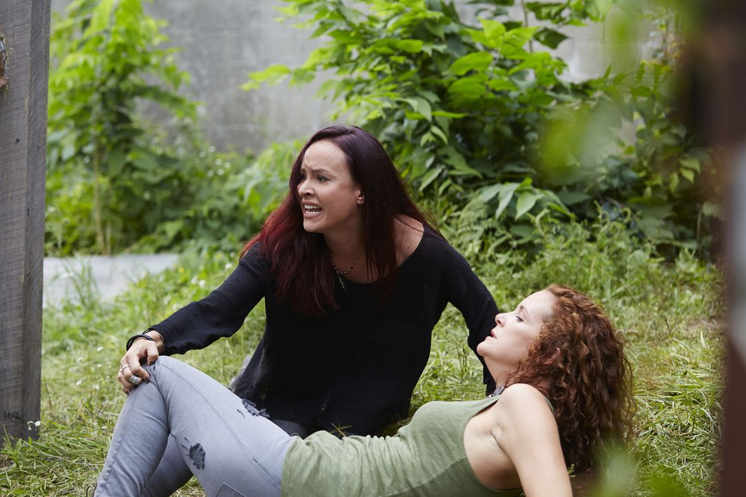 Paige (Tommie-Amber Pirie, l.) verliert Bridget (Angela Besharah, r.), aber schließt eine stärkere Verbindung zu einem der Wölfe ... - Bildquelle: 2015 She-Wolf Season 2 Productions Inc.