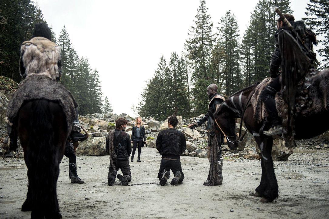 Gelingt es Clarke (Eliza Taylor, 3.v.l.), mit König Roan (Zach McGowna, r.) und Echo (Tasya Teles, l.) einen Deal einzugehen, um einen erbitterten K... - Bildquelle: 2016 Warner Brothers