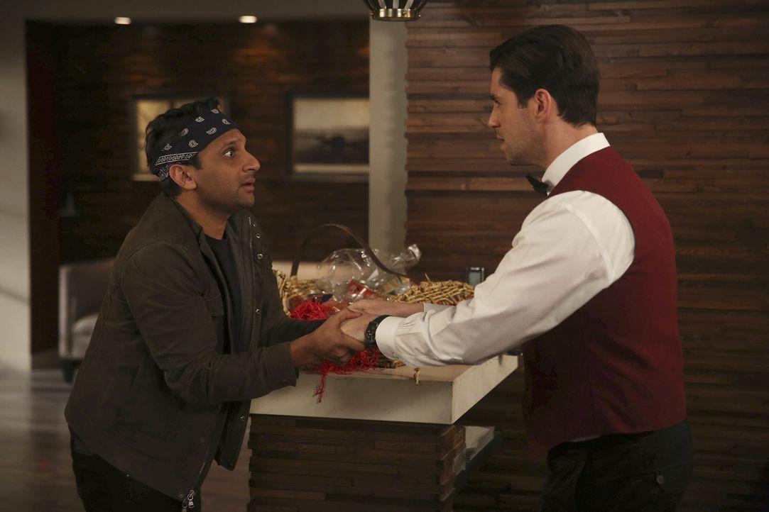Gerald (Josh Peck, r.) verärgert den Exfreund einer Bar-Bekanntschaft, der das Ganze daraufhin mit den Fäusten klären will. Kann Ravi (Ravi Patel, l... - Bildquelle: Jordin Althaus 2016 ABC Studios. All rights reserved.