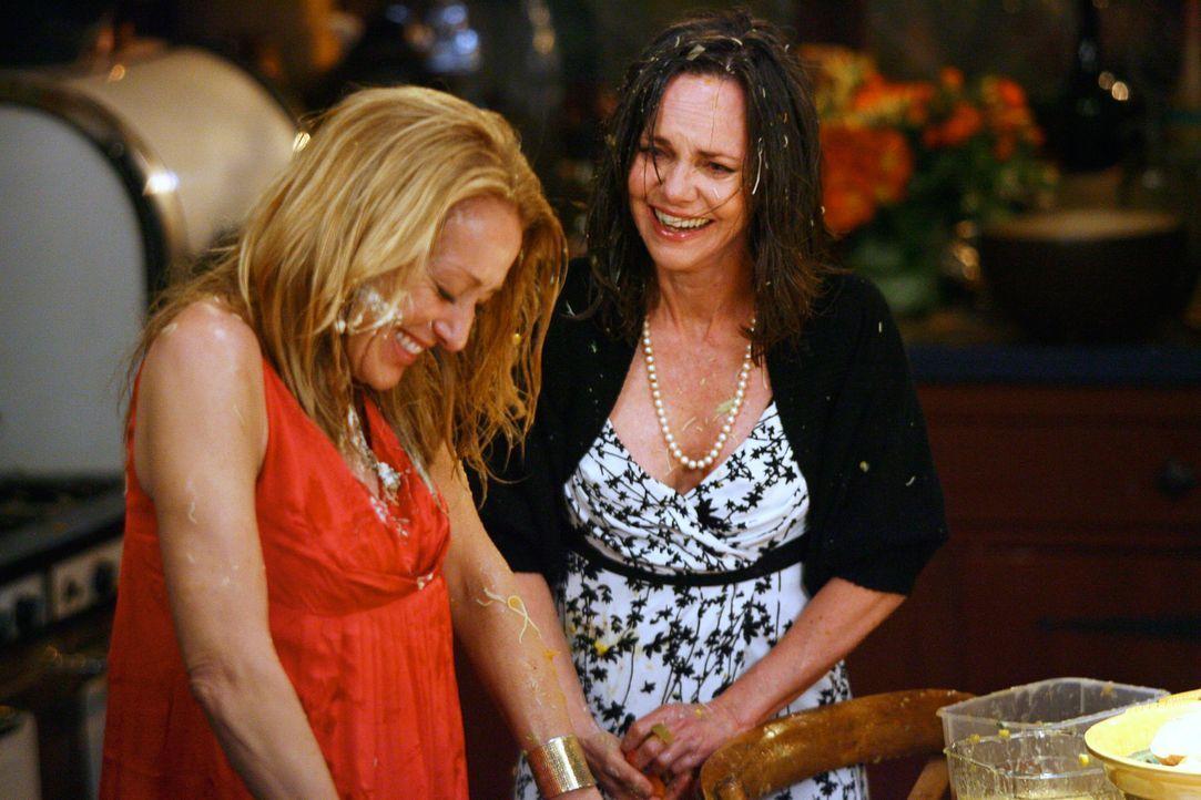 Nach einer wilden Essensschlacht, brechen beide in ein gelöstes Lachen aus: Holly (Patricia Wettig, l.) und Nora (Sally Field, r.)... - Bildquelle: Disney - ABC International Television