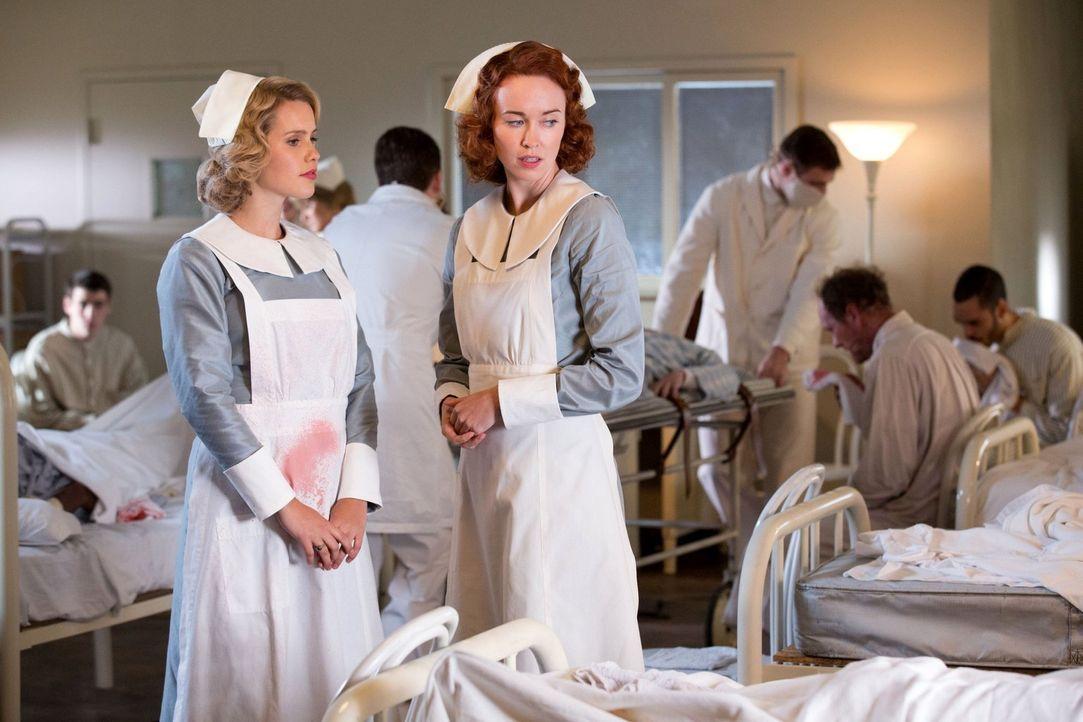 Gemeinsam retteten Rebekah (Claire Holt, l.) und Genevieve (Elyse Levesque, r.) Leben, jeder auf seine ganz eigene Art. Aber das ist lange her ... - Bildquelle: Warner Bros. Television