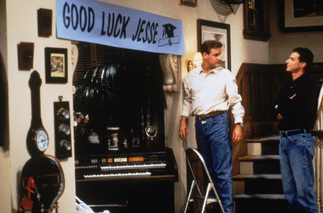 Joey (Dave Coulier, l.) und Danny (Bob Saget, r.) wollen Jesse so gut es geht unterstützen, doch ein Lehrer macht ihm erneut einen Strich durch die... - Bildquelle: Warner Brothers Inc.