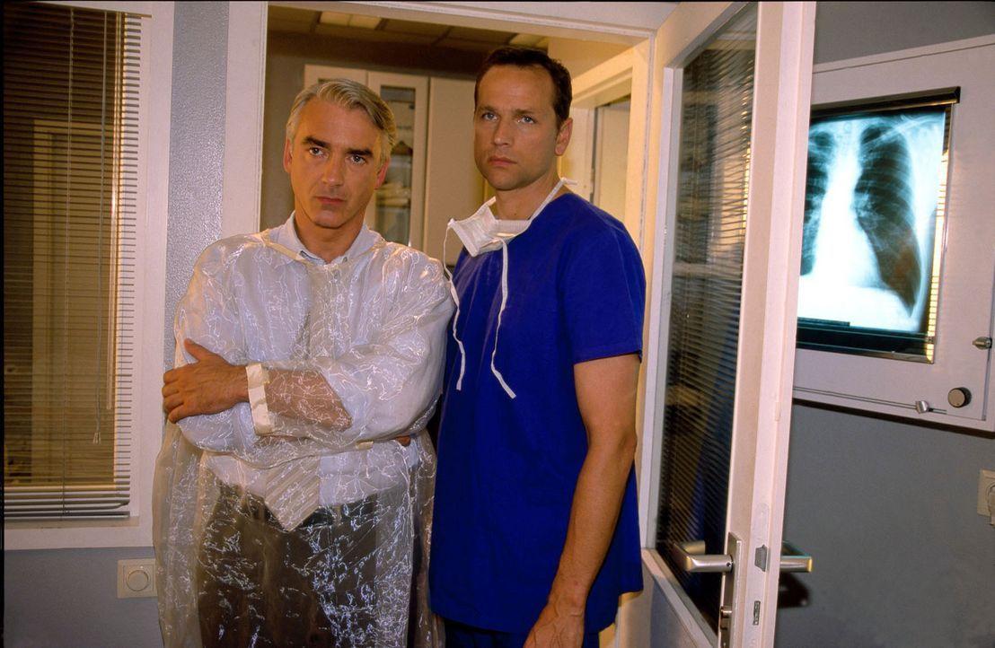 Felix (Christoph M. Ohrt, l.) erfährt von seinem Freund Christoph (Frank Behnke, r.), dass sein Vater einen Herzfehler hat und seit Jahren auf ein... - Bildquelle: Hardy Spitz Sat.1