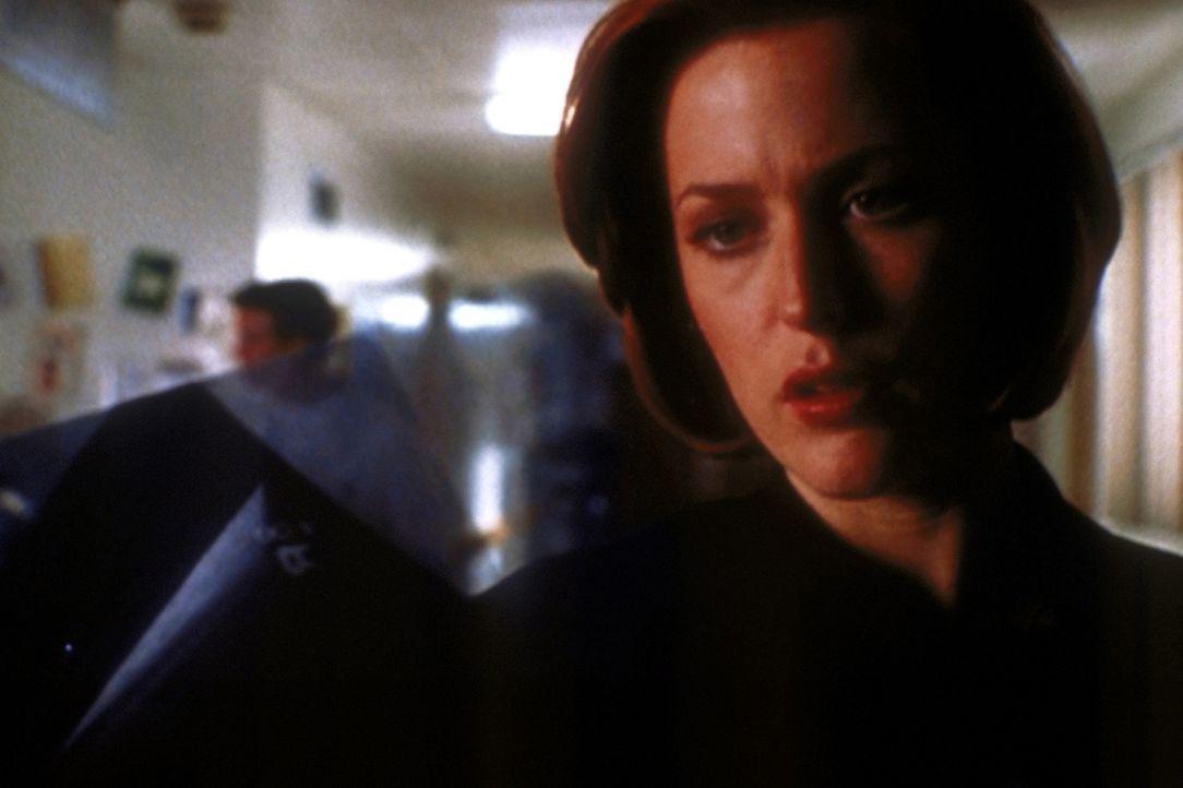 Scully (Gillian Anderson) ist erschüttert, als sie ihren todkranken früheren Lehrer und Geliebten auf der Intensivstation besucht. - Bildquelle: TM +   2000 Twentieth Century Fox Film Corporation. All Rights Reserved.