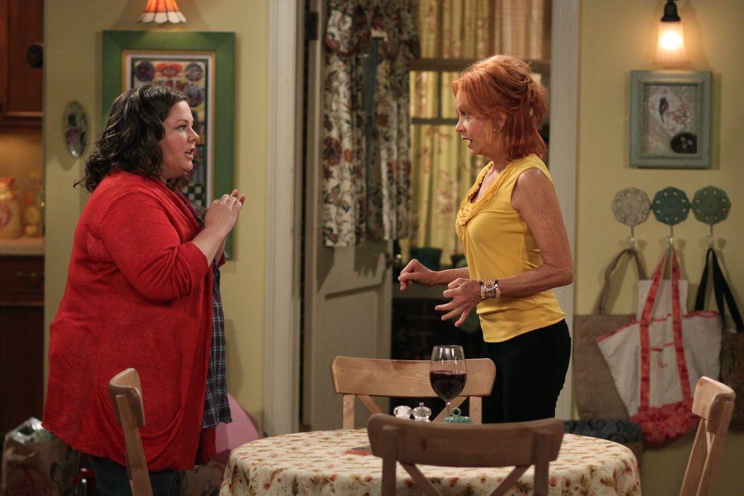 Molly (Melissa McCarthy, l.) kann nicht fassen, dass Mike nach ihrem dritten Date nicht zu ihr mitkommen wollte und ist deshalb bedrückt. Doch kann... - Bildquelle: 2010 CBS Broadcasting Inc. All Rights Reserved.