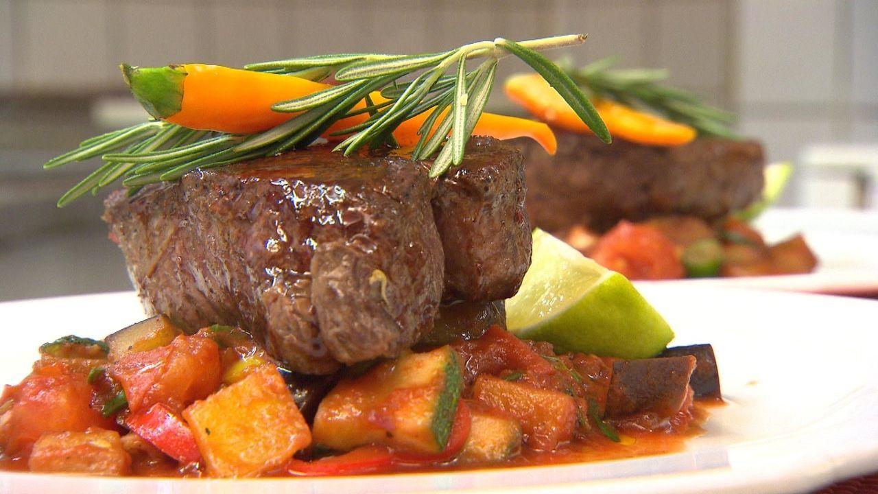 Lecker: Filetsteak auf frischem Gemüse - und zwar frisch zubereitet. Wird Christopher die Ratschläge von Frank Rosin beherzigen und auch tatsächlich... - Bildquelle: kabel eins