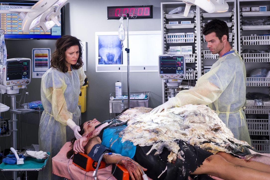 Dr. Kinney (Wendy Crewson, l.) und Joel (Daniel Gillies, r.) kämpfen um das Leben zweier Patienten, während Alex' Gedächtnisverlust die Spannungen z... - Bildquelle: Palmer Cipriano 2014 Hope Zee Three Inc.
