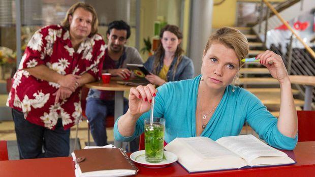 Nachdem Danni (Annette Frier, vorne) nach der Einweihungsparty neben Pit aufg...