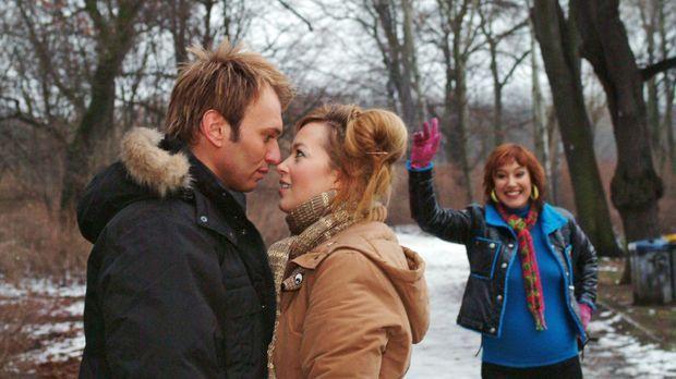 Als sich Hannah (Laura Osswald, M.) und Marc (Jean-Marc Birkholz, l.) nahe ko...