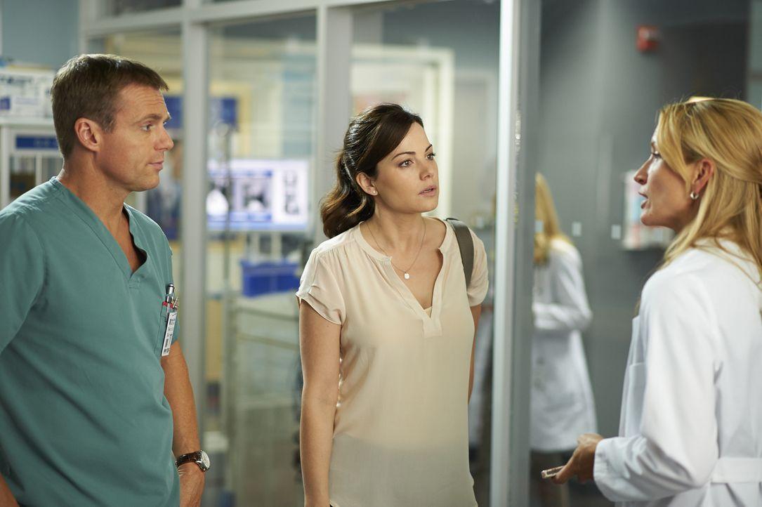 Charlie (Michael Shanks, l.), Alex (Erica Durance, M.) und Dawn (Michelle Nolden, r.) sind sich nicht sicher, ob die Verletzungen von zwei Patienten... - Bildquelle: 2013  Hope Zee Two Inc.